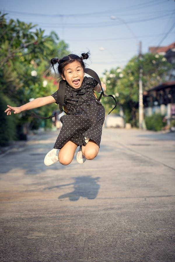 Los niños alegres aire saltan y de la flotación mediados de que juega con happine foto de archivo