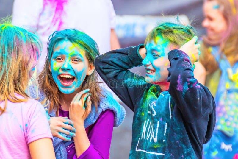 Los niños alegres celebran el festival colorido de Holi foto de archivo libre de regalías