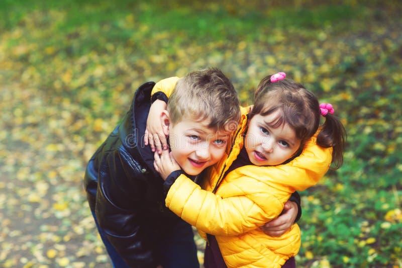 Los niños alegres en un paseo en el otoño parquean imagen de archivo