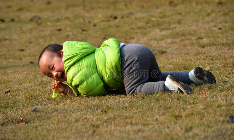 Los niños asiáticos disfrutan de la sol fotografía de archivo