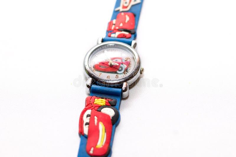 los niños Azul-y-rojos miran los coches de la historieta con los coches del juguete imagenes de archivo