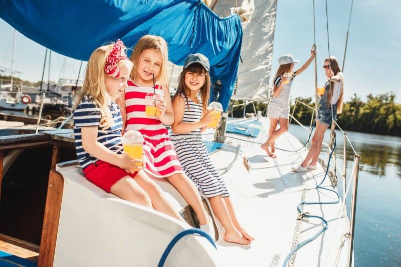 Los niños a bordo del yate del mar imagenes de archivo