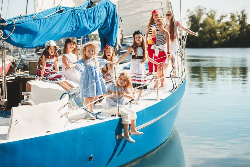 Los niños a bordo del yate del mar foto de archivo libre de regalías