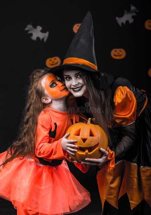 Los niños celebran Halloween fotografía de archivo
