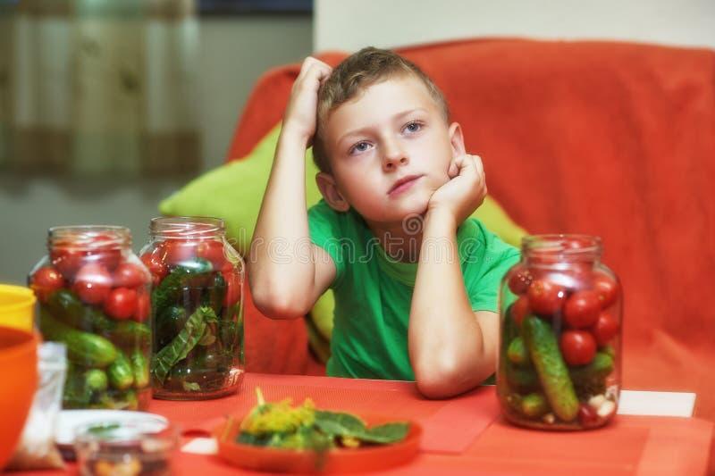 Los niños cocinan las verduras para el invierno foto de archivo