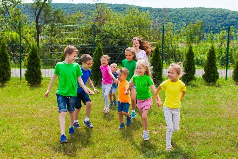 Los niños con tutor se divierten y van al patio foto de archivo libre de regalías
