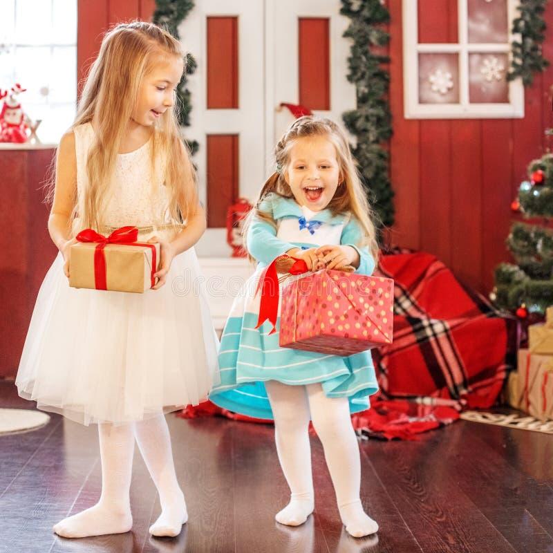 Los niños consiguieron las cajas de regalo Año Nuevo del concepto, feliz Cristo imagen de archivo