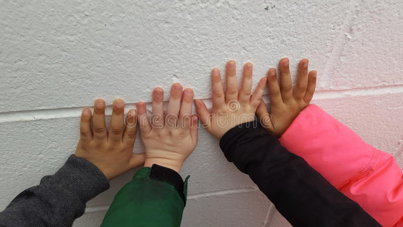 Los niños construirán las paredes del fouture imágenes de archivo libres de regalías