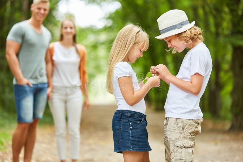 Los niños curiosamente miran un hallazgo fotos de archivo libres de regalías