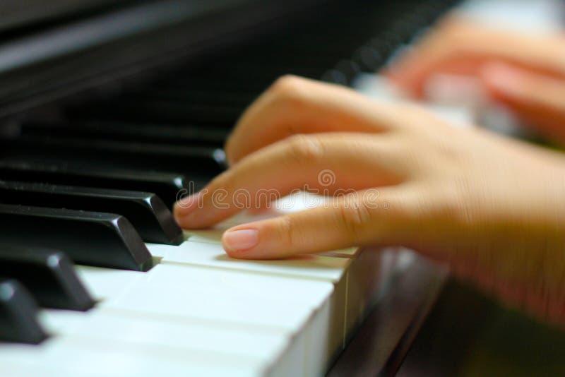 Los niños dan en llave del piano imagen de archivo libre de regalías