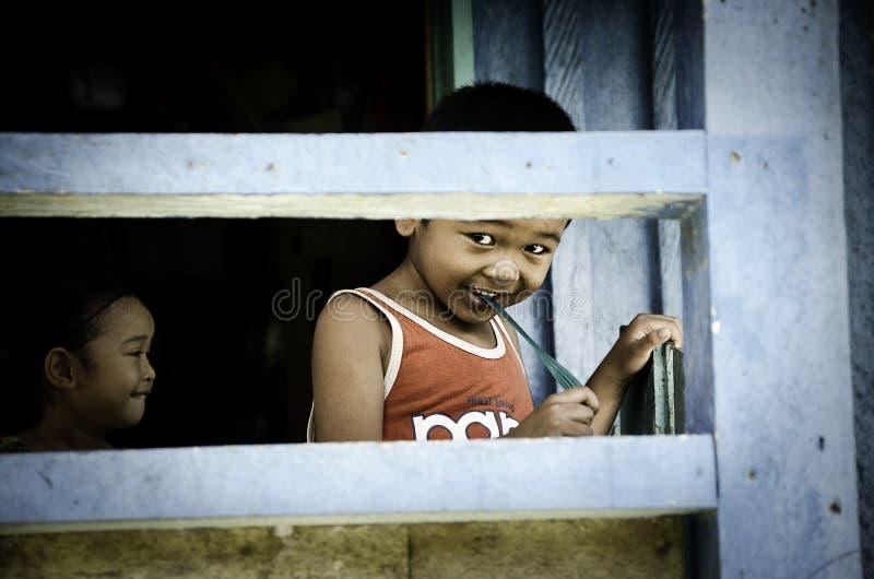 Los niños de Bornean que juegan en una casa foto de archivo libre de regalías