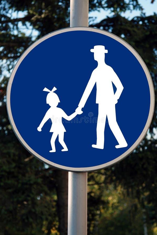 Los niños del tráfico de camino se guardan firman adentro blanco contra azul imagen de archivo libre de regalías
