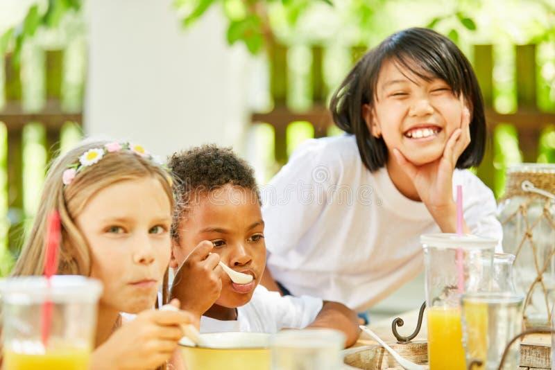 Los niños desayunan en guardería internacional foto de archivo libre de regalías
