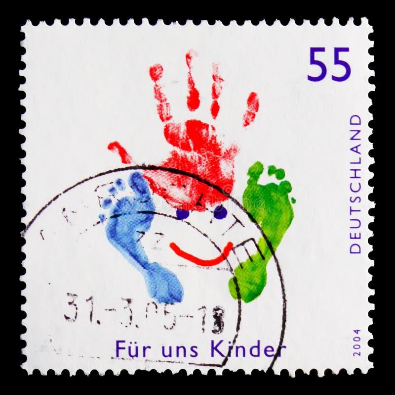 Los niños dibujan con la mano y las piernas sellan, para nosotros serie de los niños, circa 2004 fotos de archivo