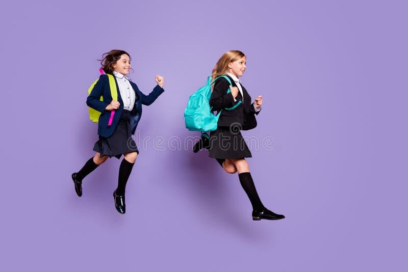 Los niños dulces del perfil de la foto del mismo tamaño del lado corren de moda elegante de los últimos de la escuela primaria de fotos de archivo