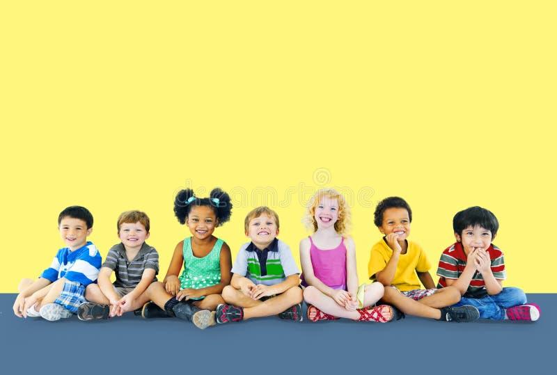 Los niños embroman concepto alegre multi del grupo étnico de la felicidad imagen de archivo libre de regalías