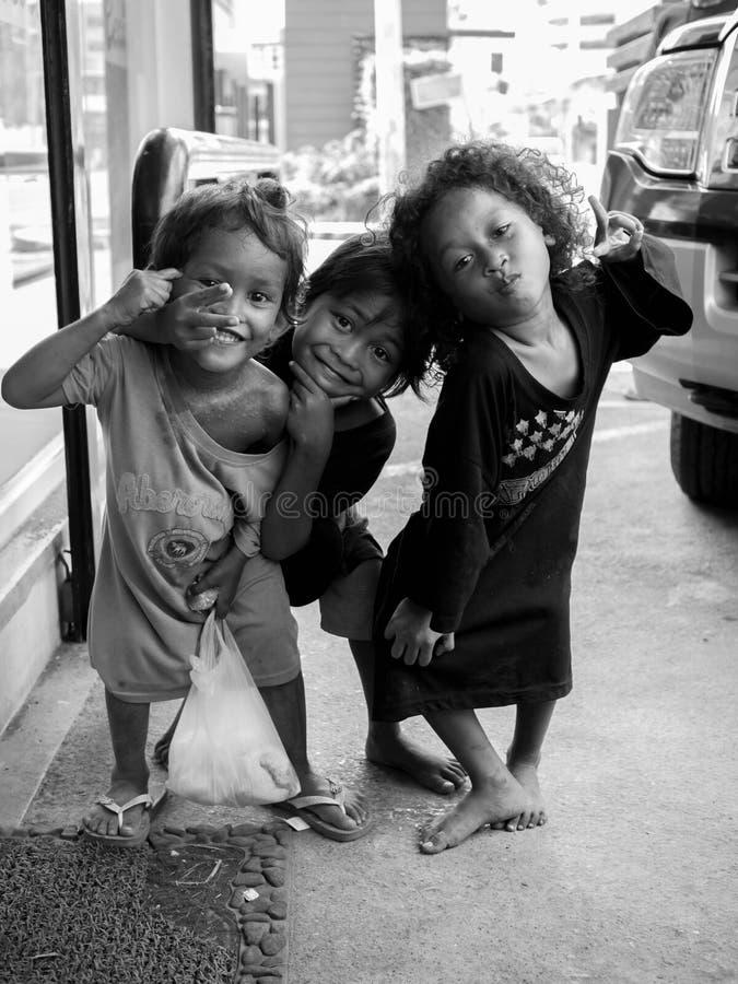 Los niños empobrecidos de la calle sonríen y presentan para una foto fotografía de archivo libre de regalías