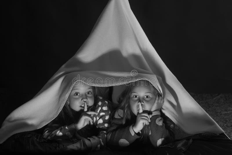 Los niños en los pijamas cubiertos con el silencio combinado de la demostración firman imágenes de archivo libres de regalías