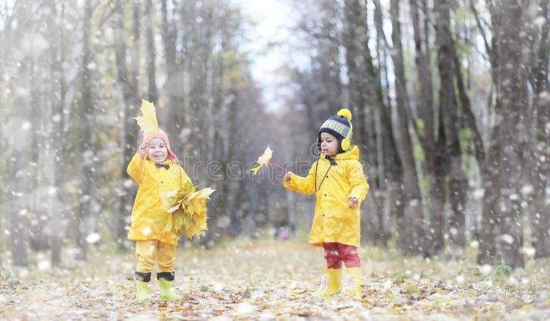 Los niños en un paseo en el otoño parquean Primera helada y la primera imagen de archivo