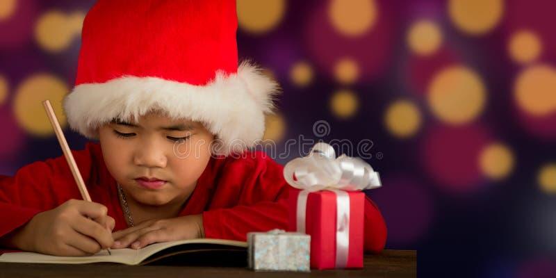 Los niños están escribiendo letras a Papá Noel imágenes de archivo libres de regalías