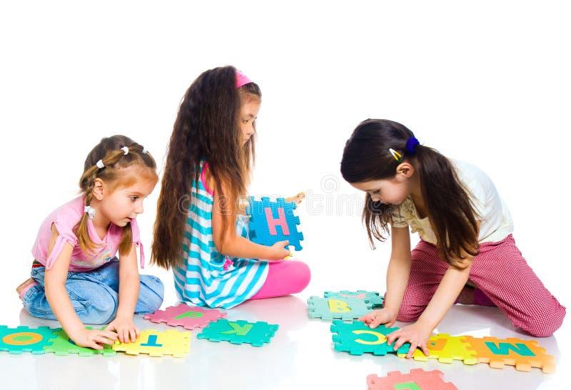 Los niños están jugando cartas fotografía de archivo libre de regalías