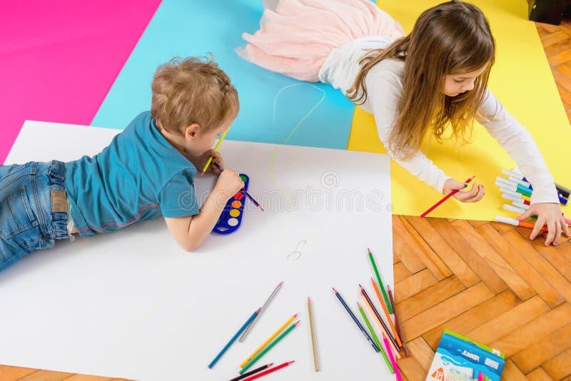 Los niños están jugando y están dibujando fotos de archivo