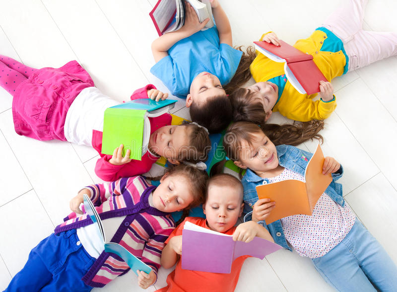 Los niños están leyendo imagenes de archivo