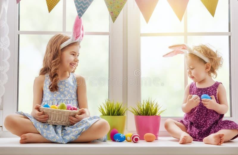 Los niños están llevando los oídos del conejito imagen de archivo