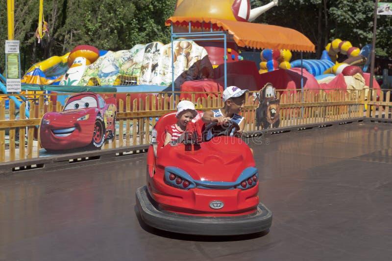 Los niños felices en la atracción el ` del autódromo del ` en Adler parquean la cultura y la reconstrucción, Sochi foto de archivo libre de regalías