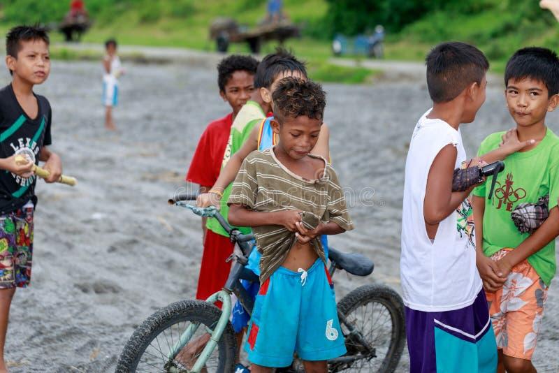 Los niños filipinos locales que viven cerca del volcán montan Pinatubo en el Au fotografía de archivo