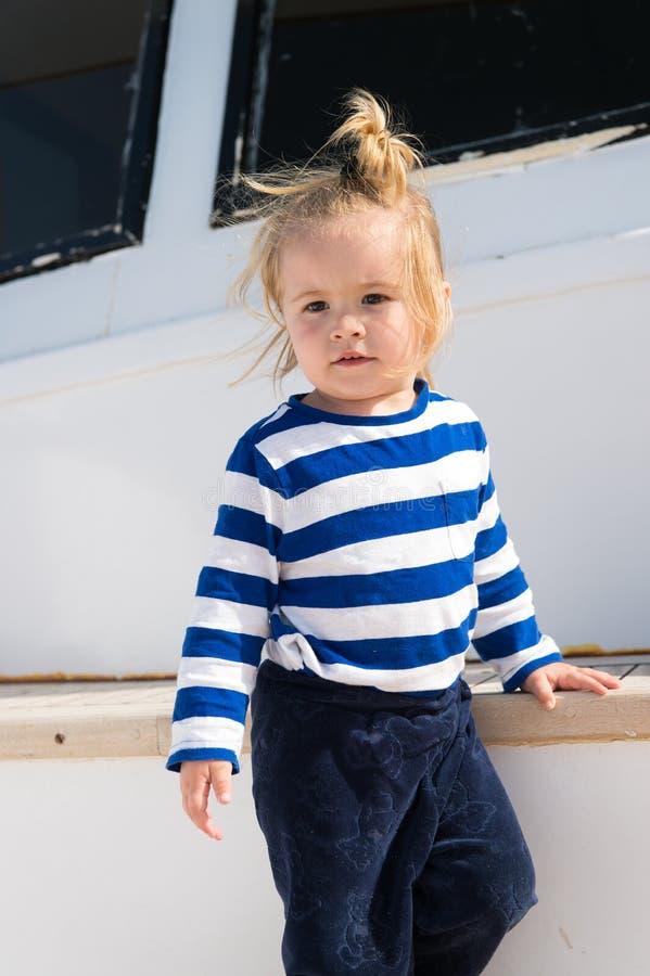 Los niños forman el vacaciones Viaje adorable del yate de la camisa rayada del marinero del muchacho alrededor del mundo El bebé  fotografía de archivo