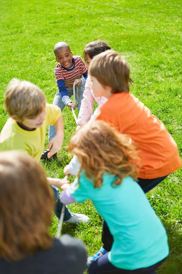 Los niños gozan de esfuerzo supremo en campamentos de verano imagen de archivo