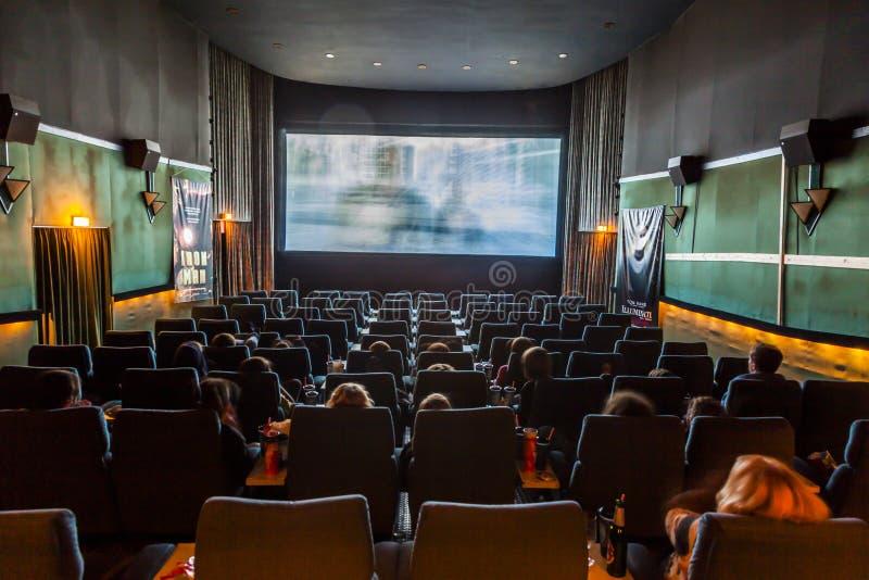 Los niños gozan de una película en un cine tradicional viejo fotos de archivo libres de regalías