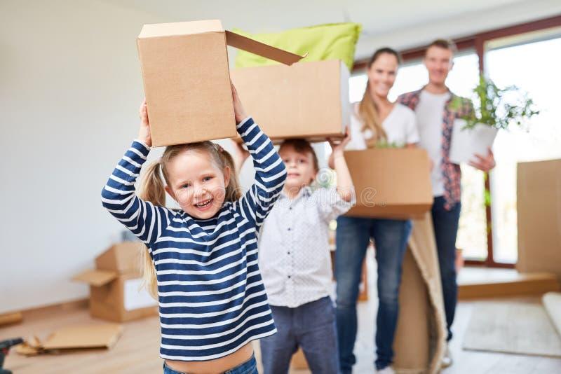 Los niños gozan el moverse imagen de archivo