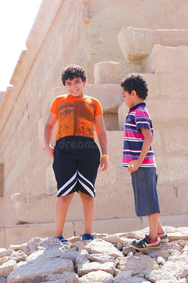 Los niños gozan en el templo de Philae, Egipto imagenes de archivo