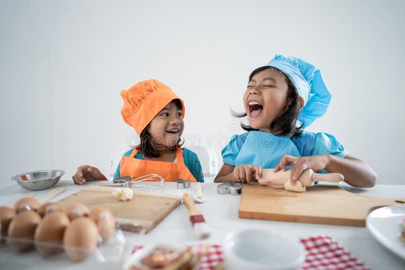 Los niños hacen alguna pasta y galletas juntas imagen de archivo libre de regalías