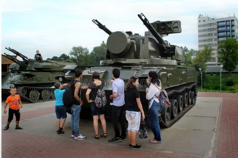 Los niños juegan el equipo militar cerca del centro comercial 'Shchelkovo ' fotografía de archivo