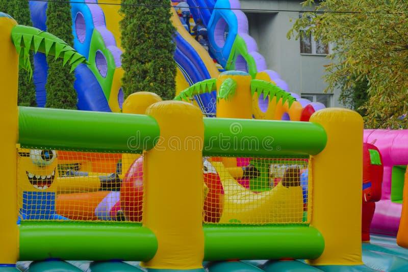 Los niños juegan en la feria en el pueblo fotografía de archivo libre de regalías