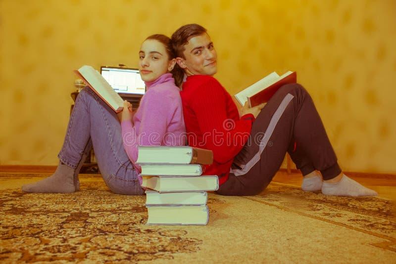 Los niños leyeron los libros Educación y desarrollo de las habilidades de la vida fotografía de archivo