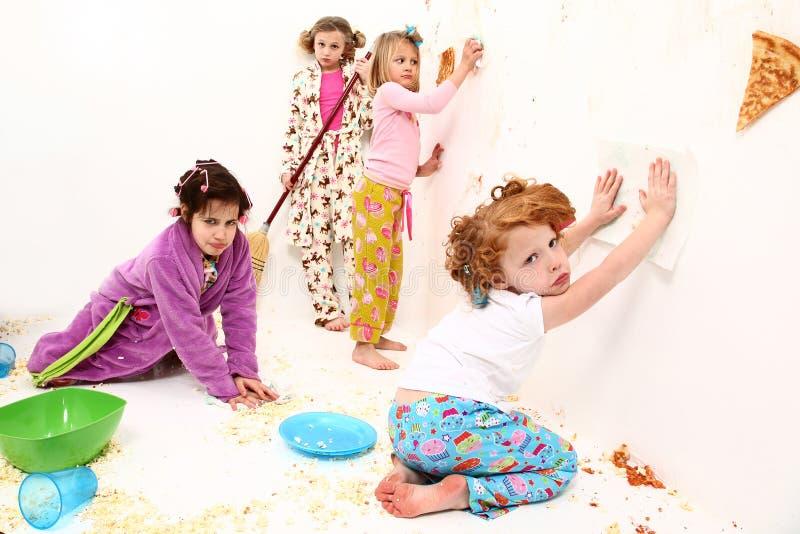 Los niños limpian después de que partido de pijama de la lucha del alimento imagen de archivo libre de regalías