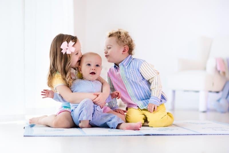 Los niños que juegan en casa, el hermano y la hermana aman fotografía de archivo libre de regalías