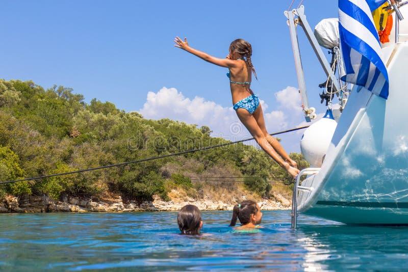 Los niños que saltan del velero fotografía de archivo