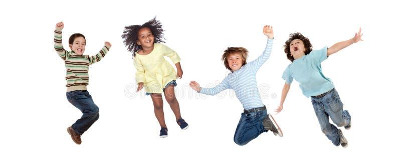 Los niños que saltan inmediatamente foto de archivo