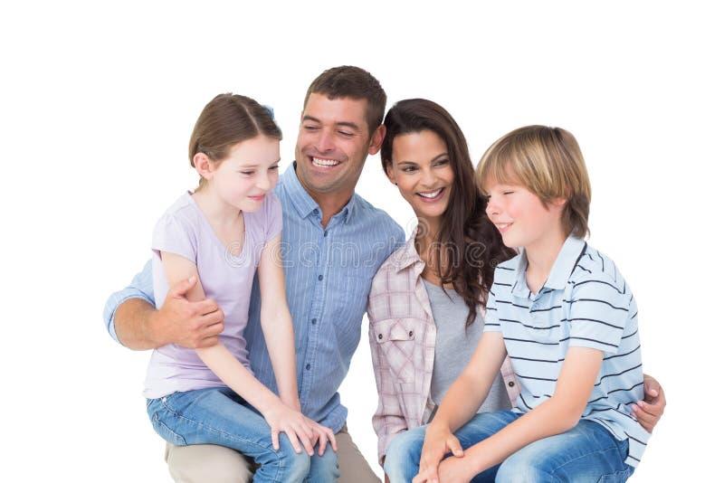 Los niños que se sientan en padres traslapan sobre el fondo blanco fotos de archivo libres de regalías