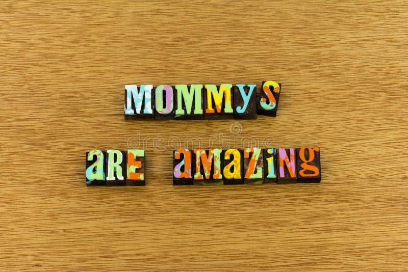 Los niños que sorprenden de la familia de la madre aman tipografía imagenes de archivo