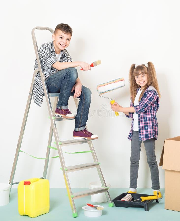 Los niños reparan en casa imagenes de archivo