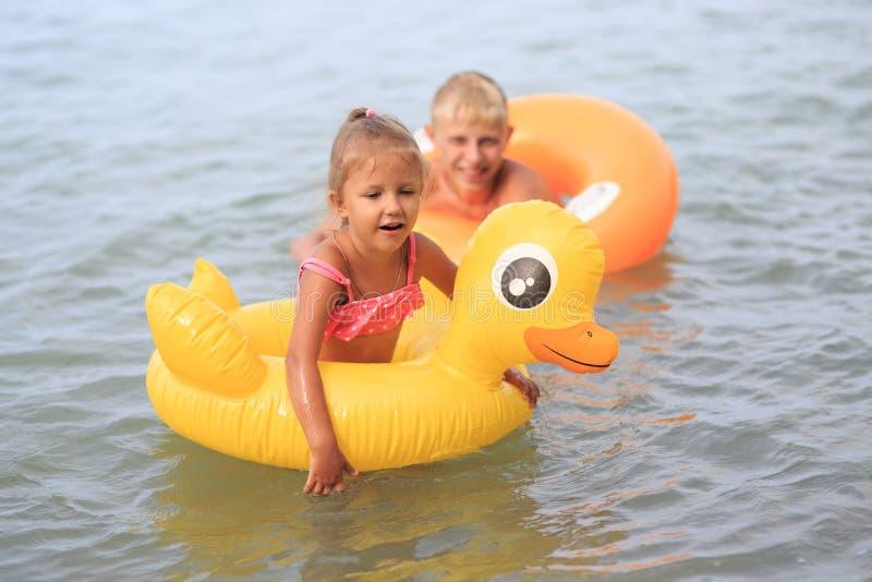 Los niños se bañan en el mar imágenes de archivo libres de regalías