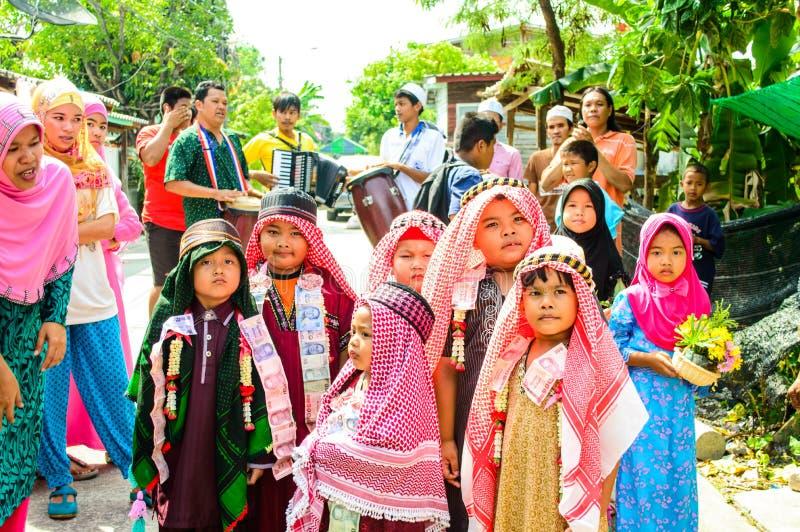 Los niños se colocan en fila antes de la circuncisión de la ceremonia del comienzo. fotografía de archivo