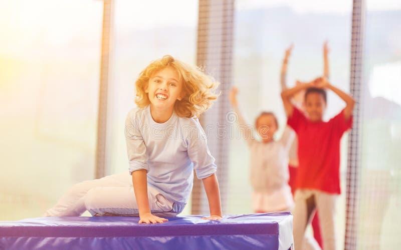 Los niños se divierten en la educación física imagen de archivo