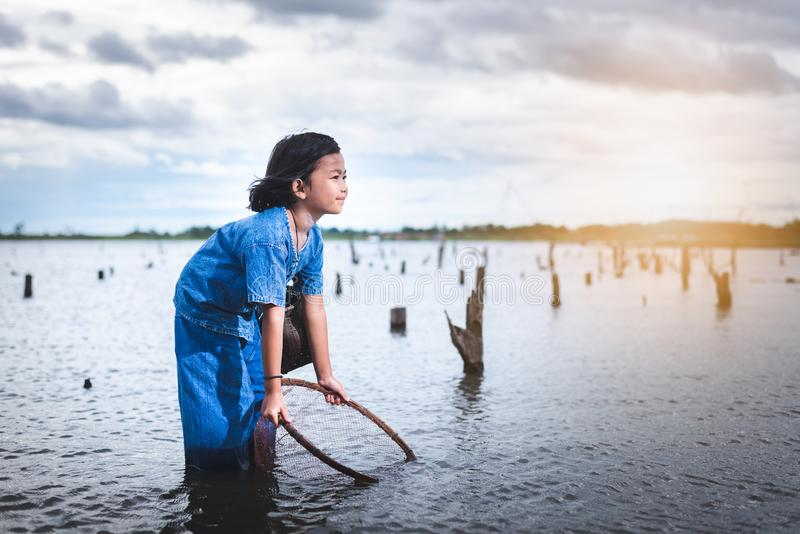 Los niños se divierten que pesca en lakel Estilo de vida de niños fotografía de archivo libre de regalías